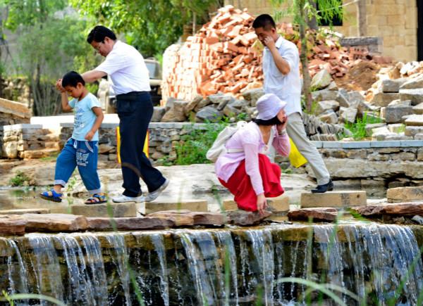 村里的小溪成为游客的好去处-鞠传江摄影_meitu_3