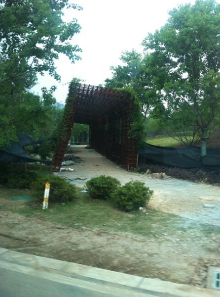 用废旧钢铁搭建的休息廊