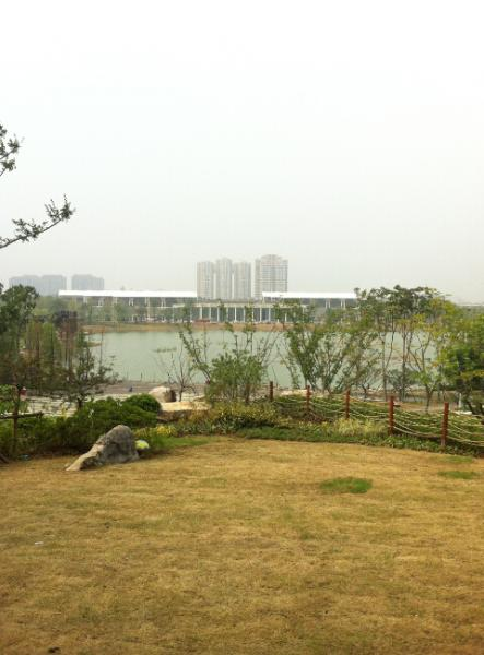 从湖北园看出去是开阔的楚水,对面是长江文明馆