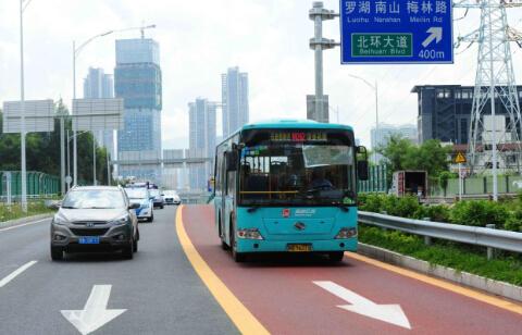 """(深圳市以""""提升公交服务、稳定路网车速""""为目标,着力发展公共交通事业。图为市区公交车专用车道。——廖万育 摄)"""
