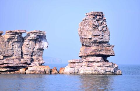 屹立于海面的岛礁-鞠传江摄影