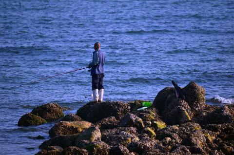 悠闲的海滨垂钓者-鞠传江摄影
