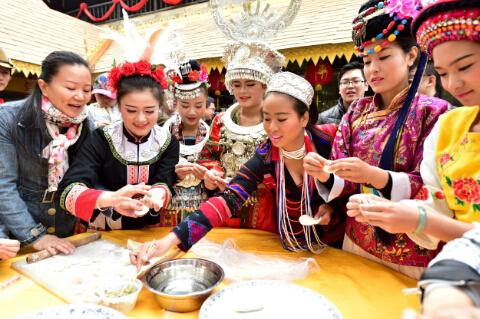 (多年来政府有关部门每年都组织为在深过年的青工们一起包饺子过新年。 岑志利 摄)