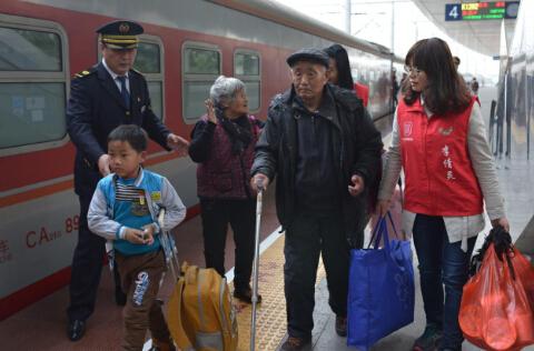 (这一家子在布吉义工的帮助下正准备乘车返乡。  毕国学 摄)