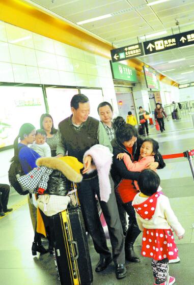 (这位黄老先生每年都把全家大小从梅州老家接到深圳过年。  何龙 摄)