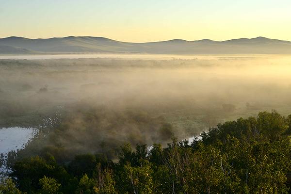 草原湿地的清晨薄雾笼罩着河流和草地-鞠传江摄影