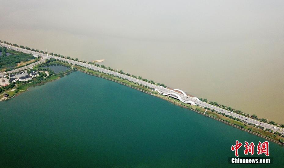 """新闻航拍江西九江八里湖现""""一湖双色""""景观"""