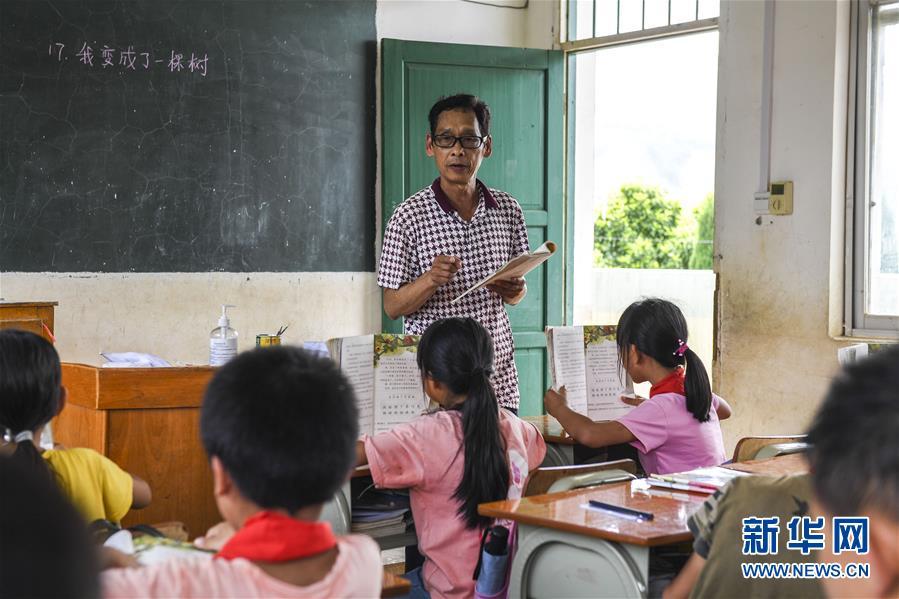 (脱贫攻坚·图片故事)(4)致敬!他们在大山深处教书育人